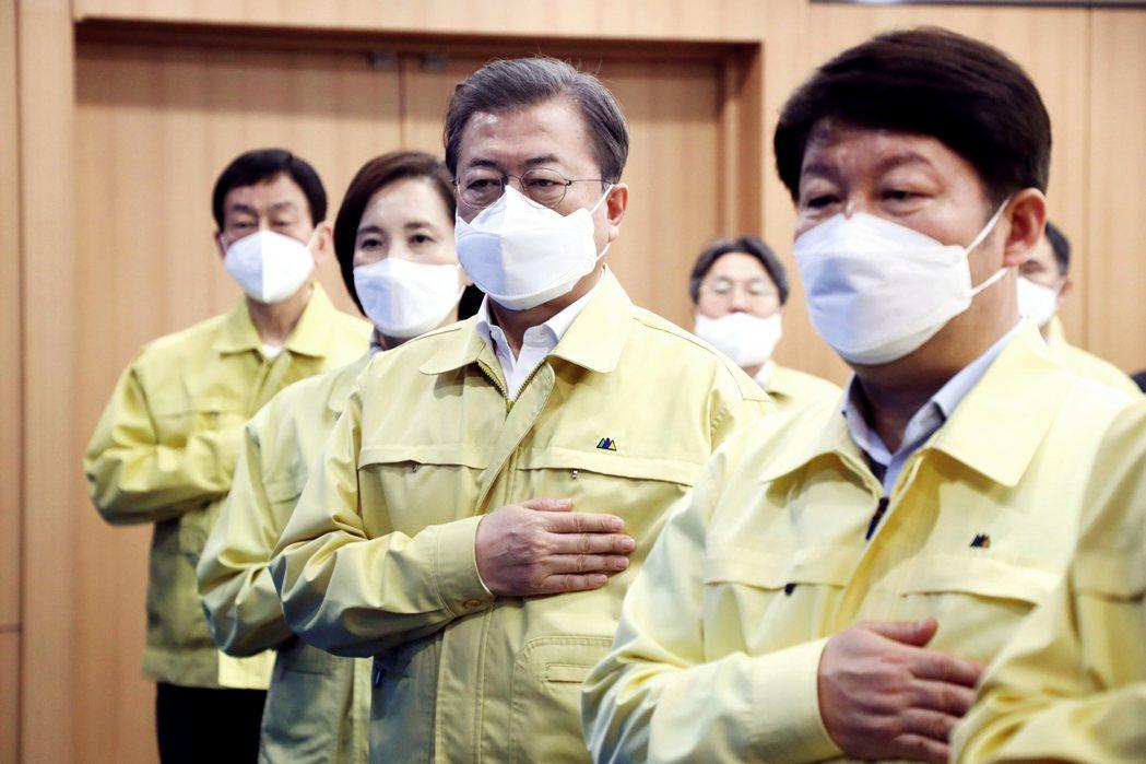 25日南韓總統文在寅親自前往大邱坐鎮,與大邱市長(圖右)進行防疫會議。但沒想到卻...