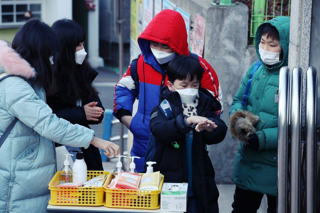 南韓教育部也已於23日宣布,原定24日開學的高中小學與幼稚園,全部延後一週開學。...