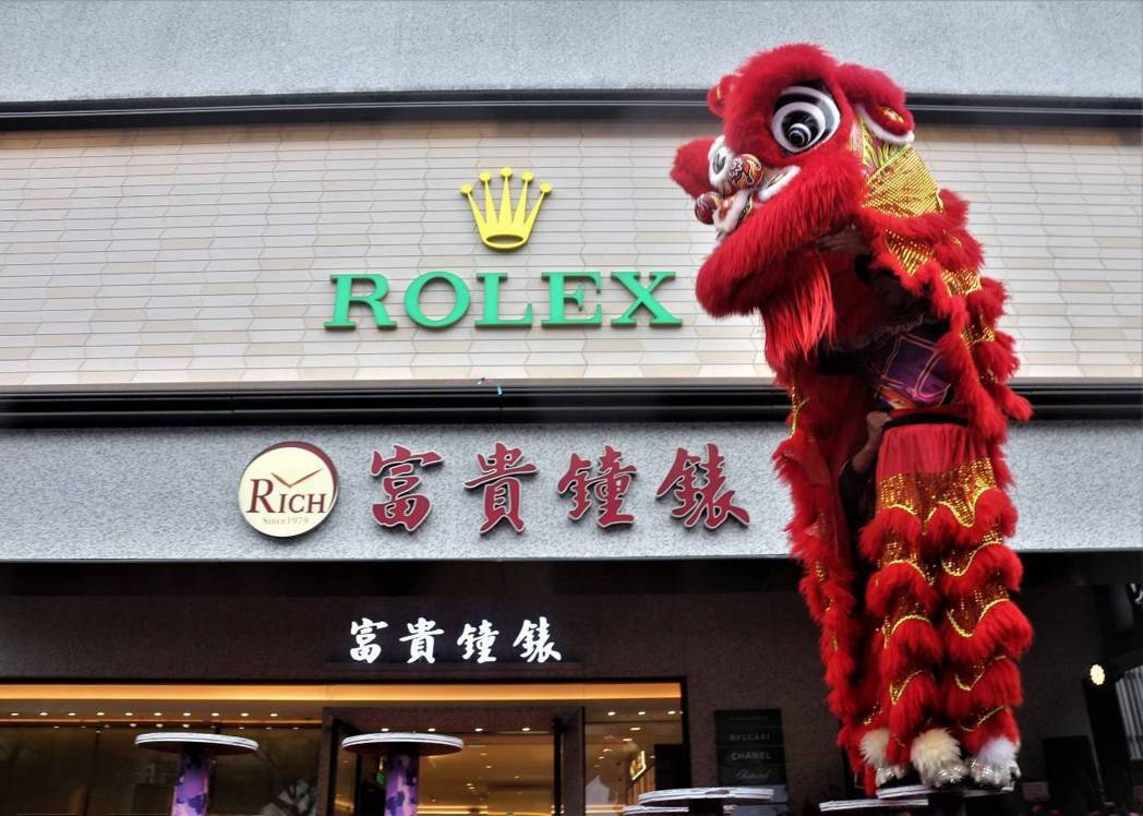 林益興表示,旗艦店鎖定以瑞士頂級腕錶為主力客源,以勞力士(ROLEX)、香奈兒(...