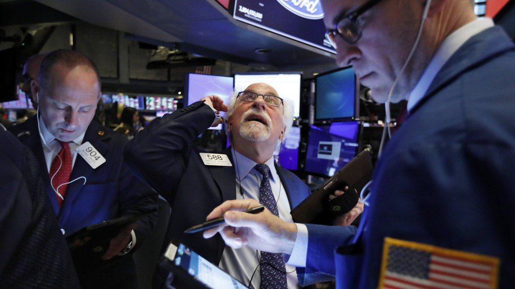 美股周二延續跌勢,道瓊指數重挫879點。  (美聯社)