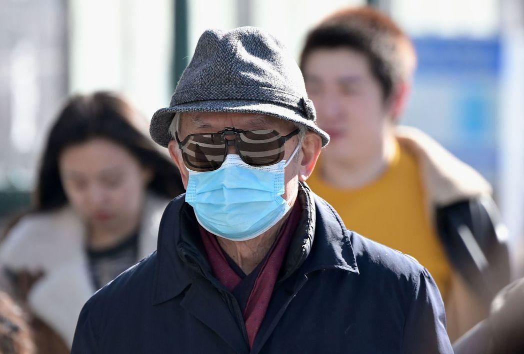 儘管美國新冠肺炎病例不多,紐約市居民還是戴上口罩。法新社
