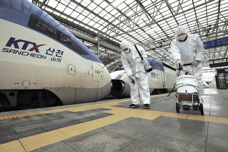 首爾火車站加強消毒。美聯社