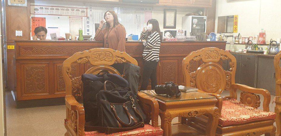 鎮瀾宫服務人員今天接不完電話,耐心向抗議民眾說明,廟方會配合政府防疫政策。記者游振昇/攝影
