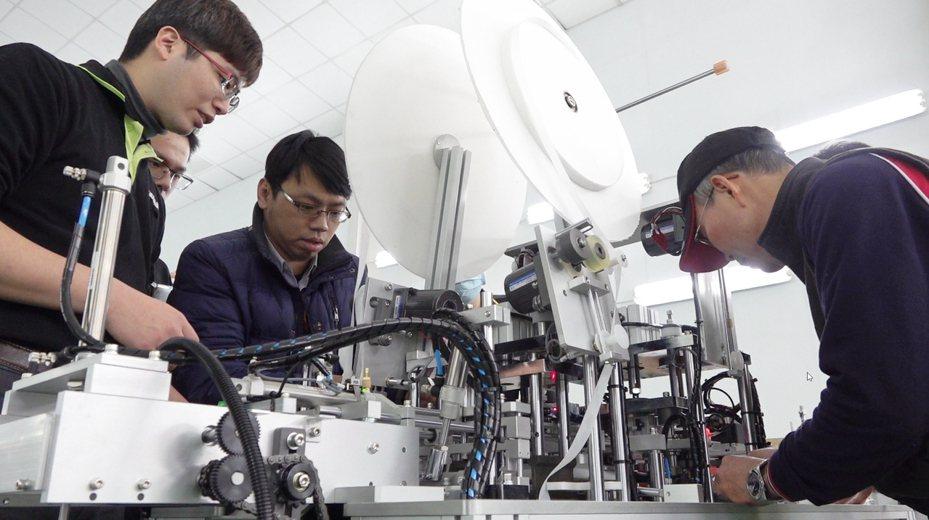 台灣區工具機暨零組件公會理事長許文憲上午指出,在工具業同業協助下打造的60條產線已有20多條已經交給業者生產下,加上台灣原已有的每日400萬片產量,目前每日已有6百萬片生產。圖/台灣區工具機暨零組件公會提供