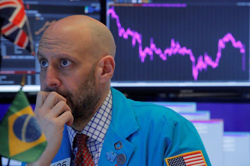 新冠肺炎疫情促使投資人逃離風險資產,美股連二日暴跌,今天也拖累台股挫逾百點。  美聯社