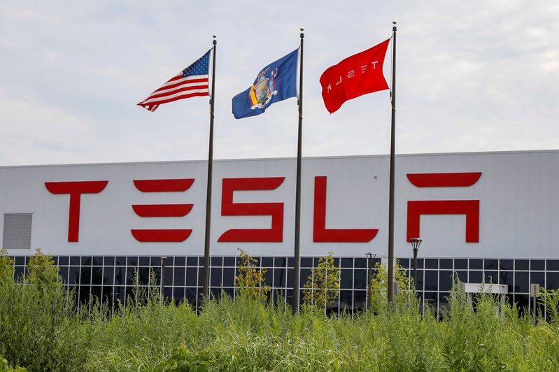 特斯拉Gigafactory 2工廠外飄著公司與美國國旗等旗幟。  路透