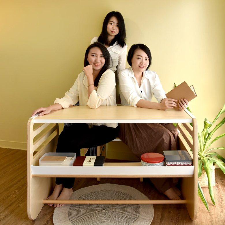 走走家具三名創辦人黃璟平(左起)、宋倍儀、陳姿廷及其成功募資新台幣729萬元的永續兒童家具。圖/教育部提供