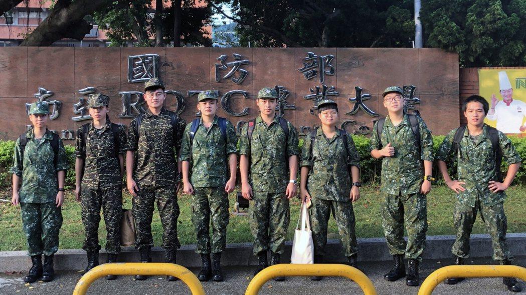 清大學第一屆將星生接受軍訓。圖/清大提供