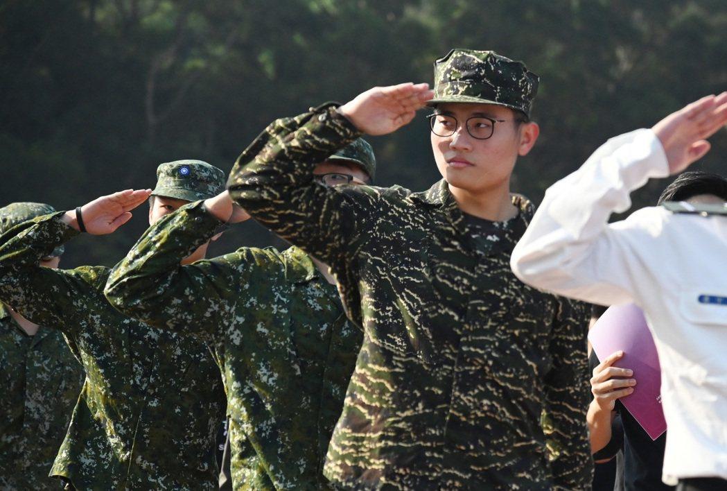 清大將星計畫學生去年參加學校運動會,著勁帥軍裝進場。圖/清大提供
