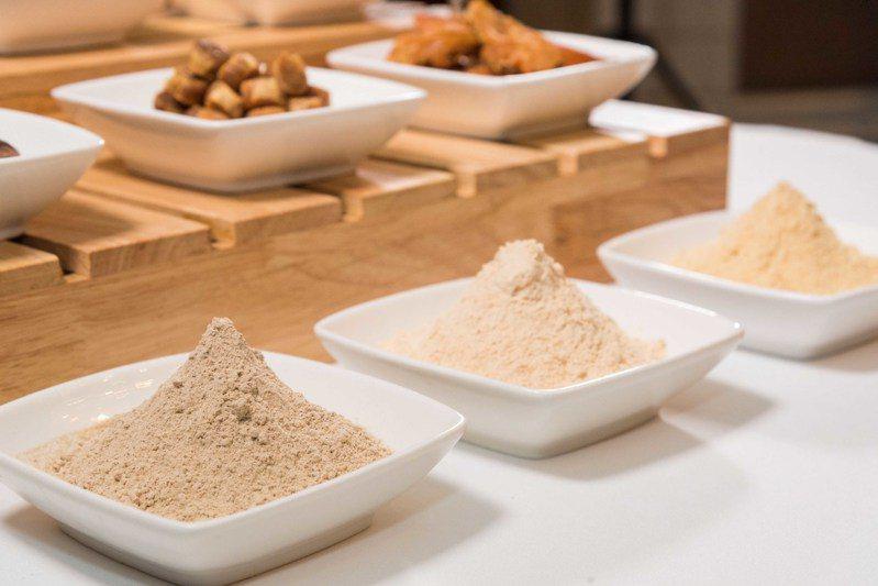 九華樓獨家天然自製調味粉─「南投埔里香菇」、「日本瑤柱」、「南投埔里土雞胸肉」。圖/華泰王子大飯店提供