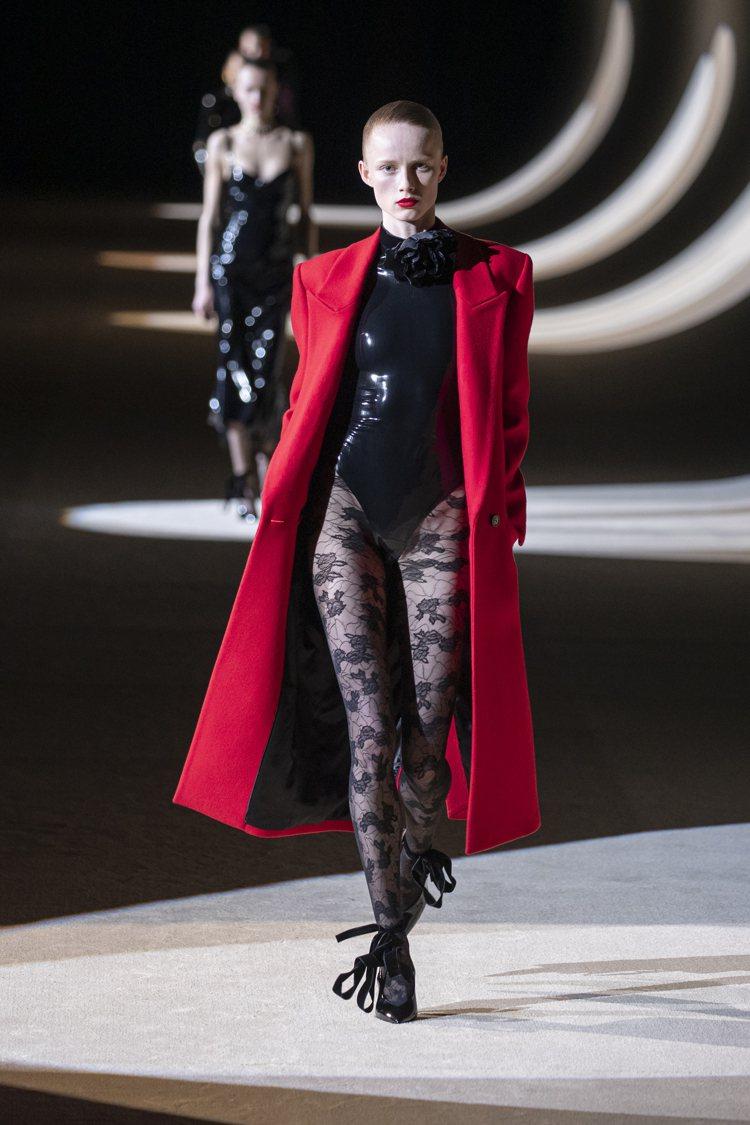 火紅色的大衣,配襯乳膠衣、蕾絲襪,盡顯壞女孩的品味。圖/SAINT LAUREN...