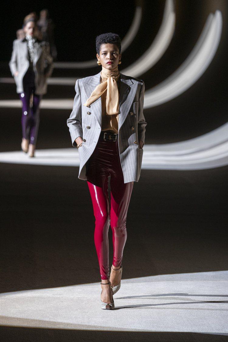 絲緞襯衫、西裝外套、乳膠長褲,SAINT LAURENT洋溢九○年代資產階級的氣...