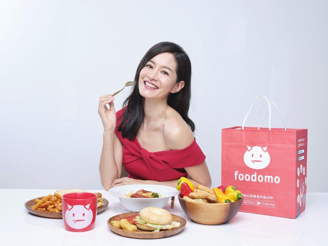 foodomo台灣首位年度代言人Janet,最愛跑腿代買功能,解決忙碌工作後為家...