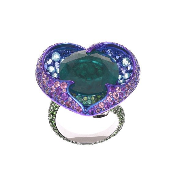 蕾哈娜配戴的蕭邦Haute Joaillerie系列18K白金及鈦金屬戒指,鑲有...