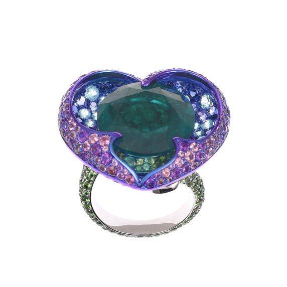 蕾哈娜配戴的蕭邦Haute Joaillerie系列18K白金及鈦金屬戒指,鑲有9.96克拉圓形祖母綠,2.99克拉沙弗萊石,藍寶石,石榴石,藍色碧璽,紫水晶和祖母綠。圖/蕭邦提供