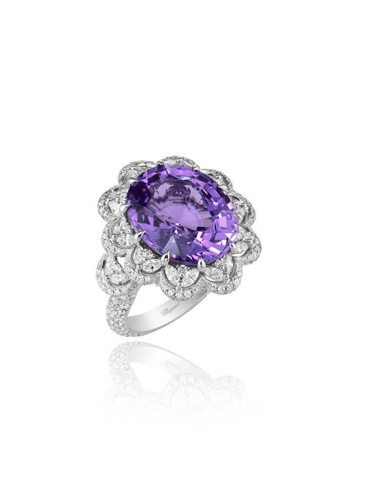 蕾哈娜配戴的蕭邦Haute Joaillerie系列18K白金鑲鑽戒指,鑲有12...