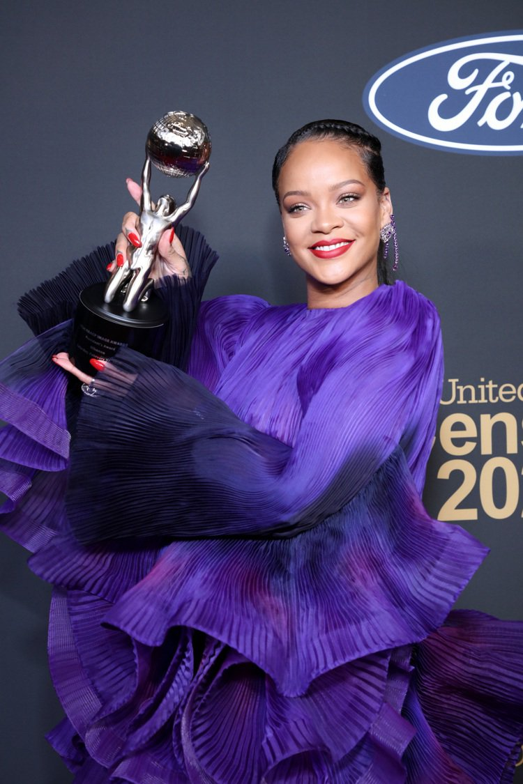 天后蕾哈娜配戴蕭邦珠寶鐘表搭配紀梵希高級訂製服出席第51屆「美國全國有色人種協進...