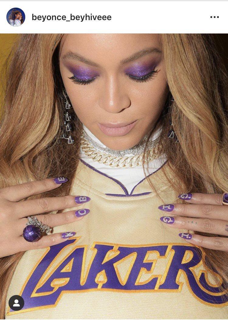 碧昂絲以紫色珠寶搭配金色服裝追悼意外過世的籃球巨星布萊恩。圖/取自IG