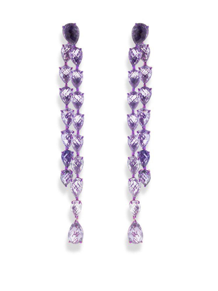 蕾哈娜配戴的蕭邦Haute Joaillerie系列鈦金耳環,鑲嵌紫色和粉紅色寶...
