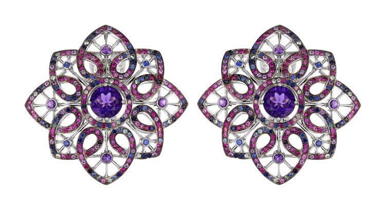 蕾哈娜配戴的蕭邦Temptations系列18K白金耳環,鑲有紫水晶,藍寶石,紅...