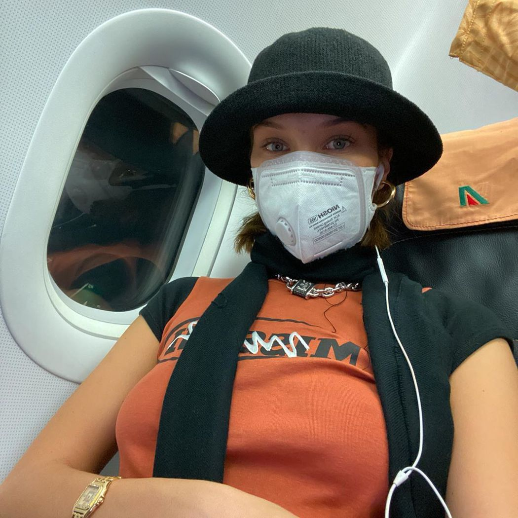 貝拉哈蒂德搭乘義大利航空班機,戴上口罩自我保護。圖/摘自Instagram