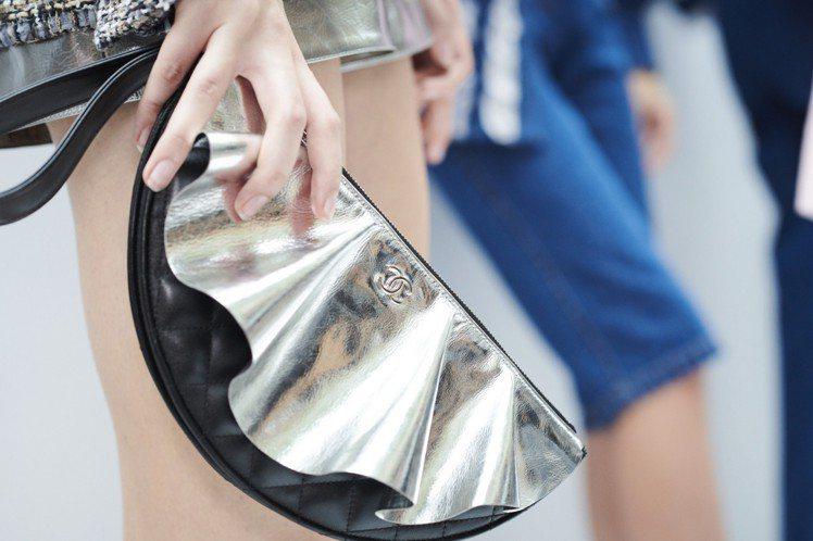 香奈兒今年春夏推出許多造型、材質都很特殊的包款。圖/香奈兒提供