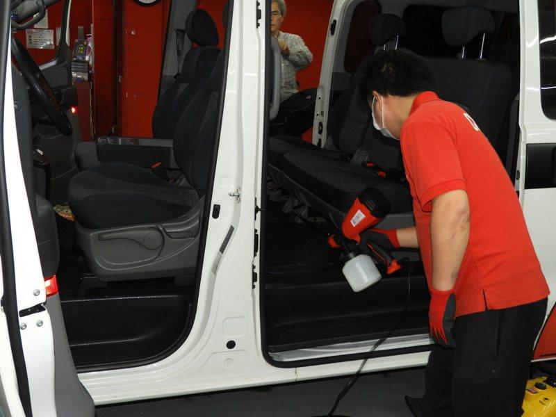 由專業師傅將前、後車廂用高溫蒸汽處理後,搭配特殊技術,殺滅細菌和真菌。記者高宇震/攝影