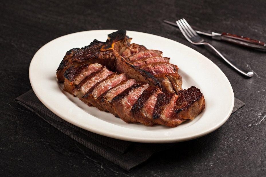 55天乾式熟成丁骨牛排。圖/美福餐飲提供