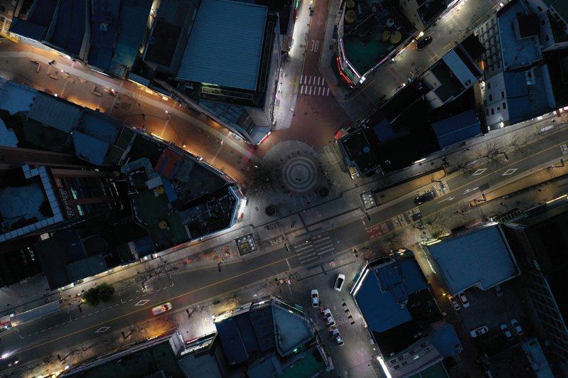 南韓大邱市市中心東城路2月24日的空照圖,原應繁忙擁擠的街道行人稀少。路透