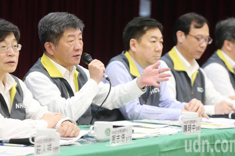 閣揆蘇貞昌拍板中央防疫指揮中心提升到「一級開設」,卻仍由衛福部長陳時中(左二)擔任指揮官。 圖/聯合報系資料照片