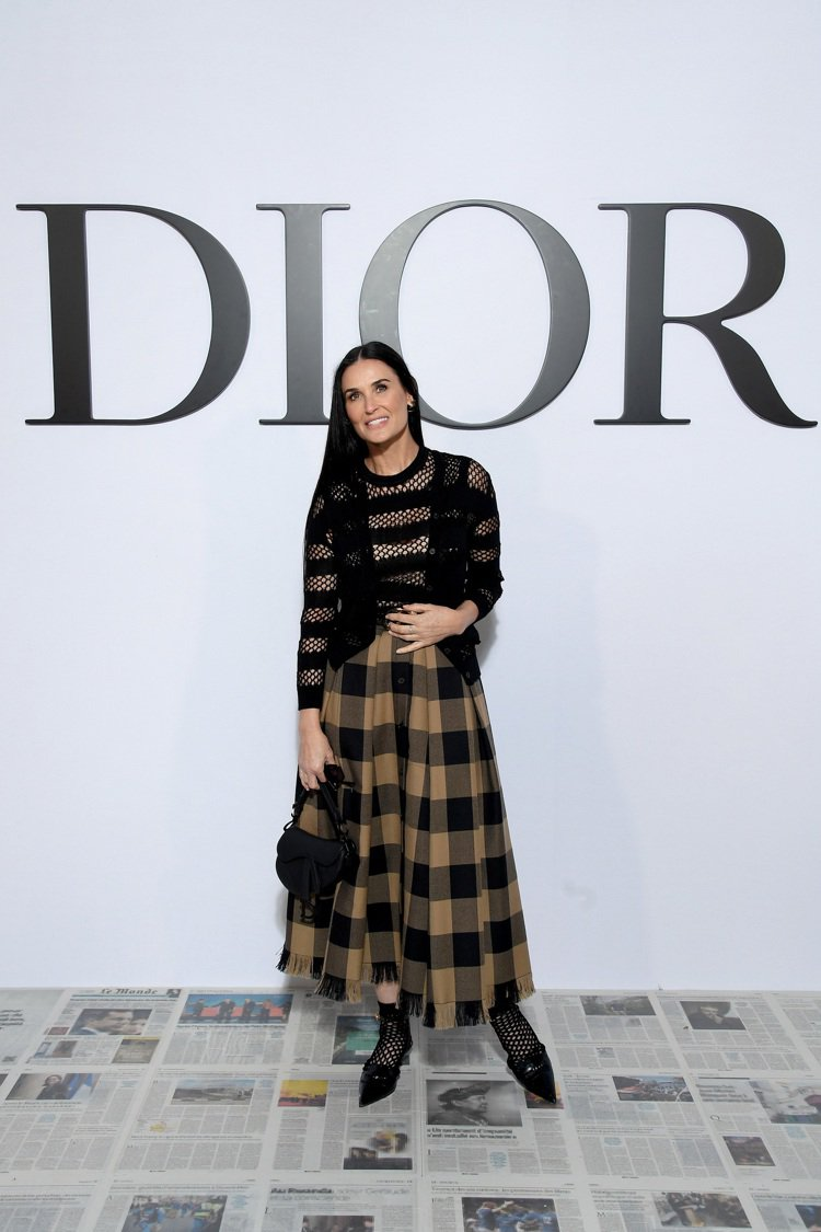 久未露面的黛咪摩爾(Demi Moore)出席DIOR大秀。圖/DIOR提供
