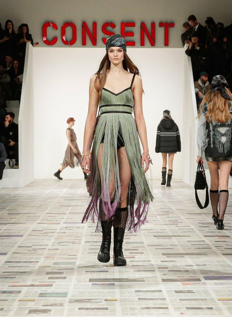 帶著民族風的裙裝,是Maria Grazia Chiuri擅長的設計之一。圖/D...