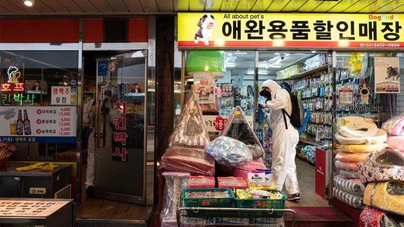 瑞銀下修韓國經濟成長率預測到2以下,圖為韓國一名人員在傳統市場進行消毒工作。歐新...