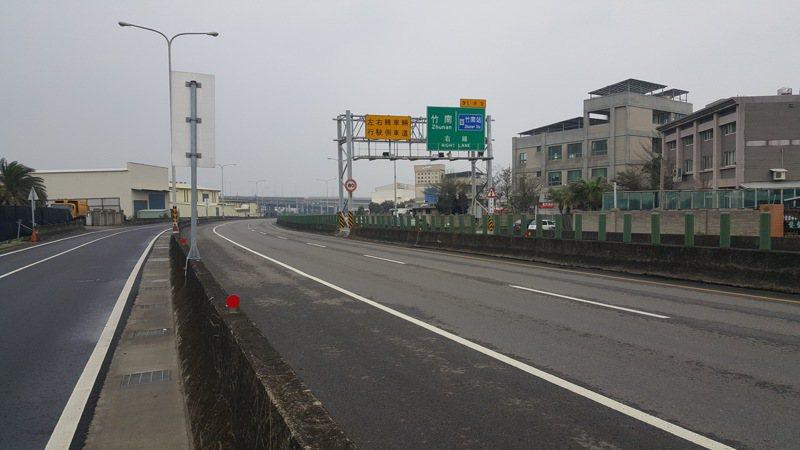 公路總局針對228連假交通疏導需求,台61線西濱快速道路苗栗縣竹南路段部分平交路口將分時段採取封閉或禁止左轉的管制措施。報系資料照