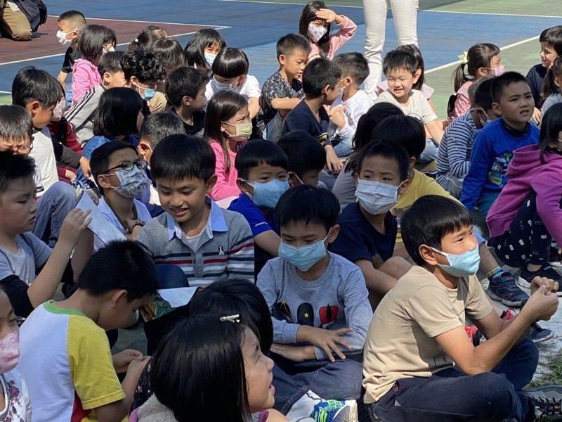 因應疫情延後各級學校延後開學,學校不強制學童戴口罩,但仍有許多學童戴口罩上課。記者魏莨伊/攝影