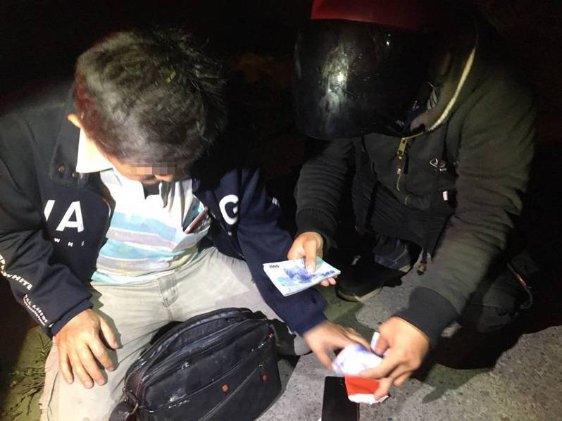 警方幫男子找到背包,並清點裡面財務都沒少。記者鄭國樑/攝影