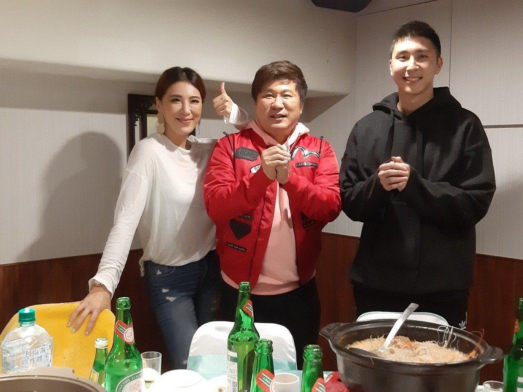 胡瓜(中)的女兒小禎(左),兒子胡釋安都在演藝圈工作,父女倆也一直想要合作節目。...
