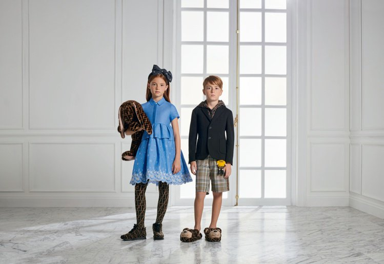 FENDI延續2020春夏系列的設計,將童裝與Mini me的Baby限定系列打...