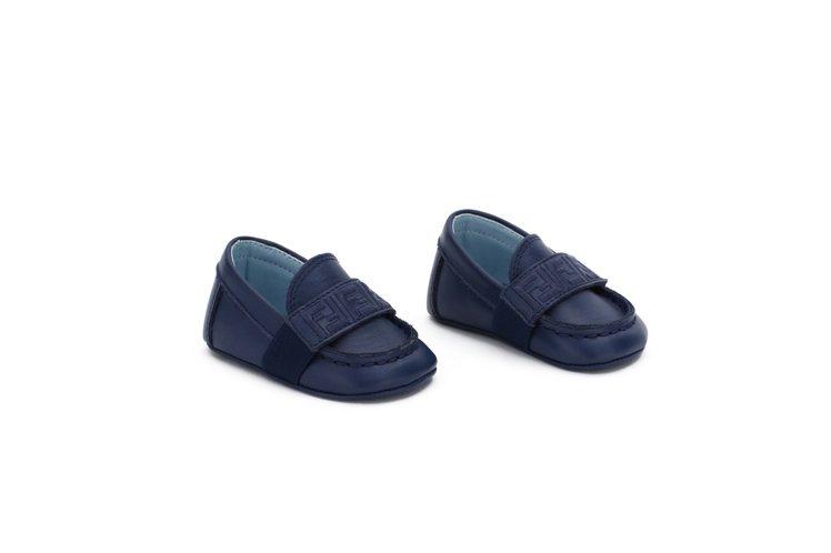 男童鞋以優雅的深藍色設計。圖/FENDI提供