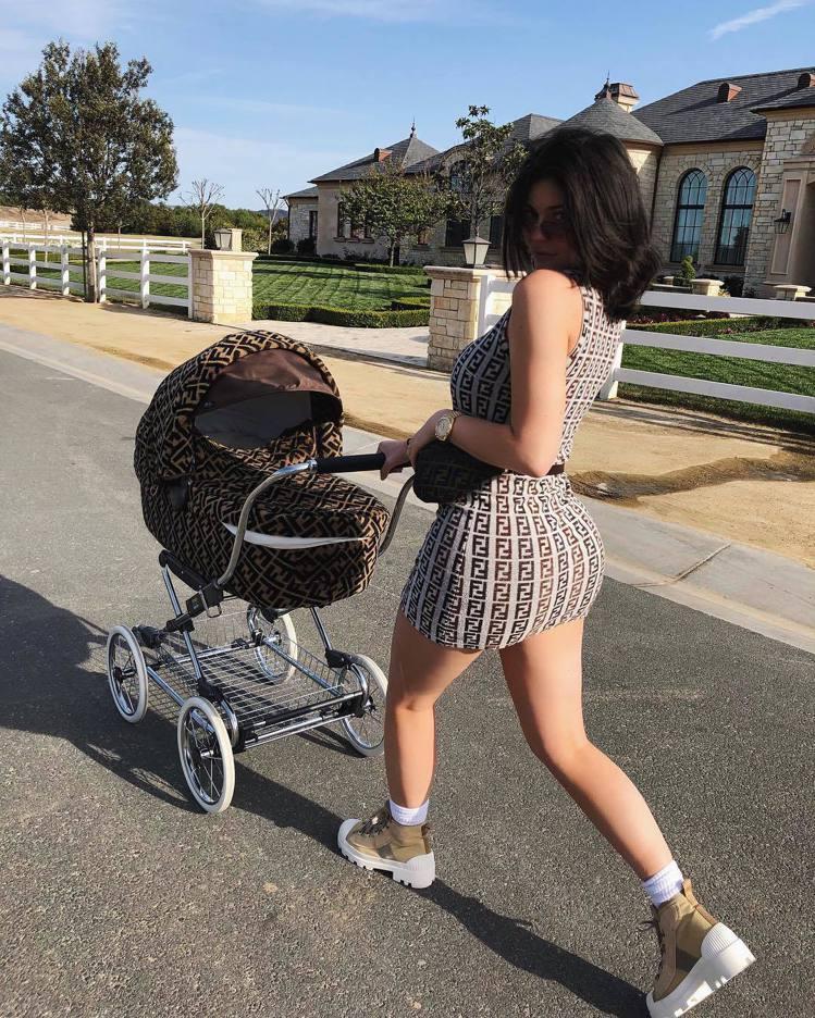 凱莉珍娜是FENDI嬰兒車愛用者。圖/取自IG