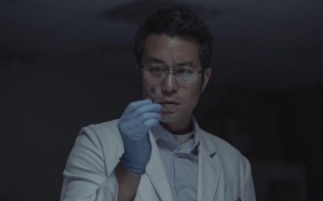 張孝全在「誰是被害者」挑戰演出患有亞斯伯格症的鑑識官。圖/Netflix提供