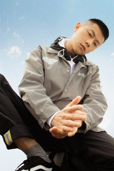 Dickies反光面料印花下擺抽繩教練外套4,380元。圖/Dickies提供