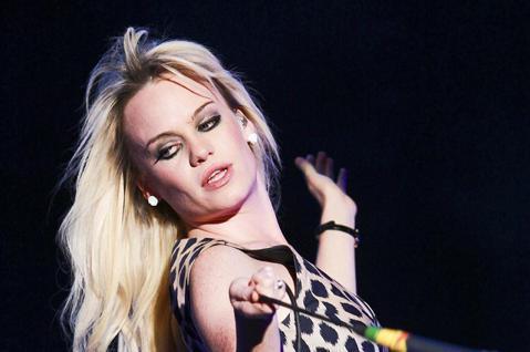 曾經獲得葛萊美獎的威爾斯女歌手黛菲,在樂壇消失快10年,突然在社群網站上揭露驚人內幕,坦言曾經被下藥、強暴與囚禁了好幾天。黛菲在2008年推出了「菲比尋常」專輯,反應極佳,令她一炮而紅,且在隔年獲得...