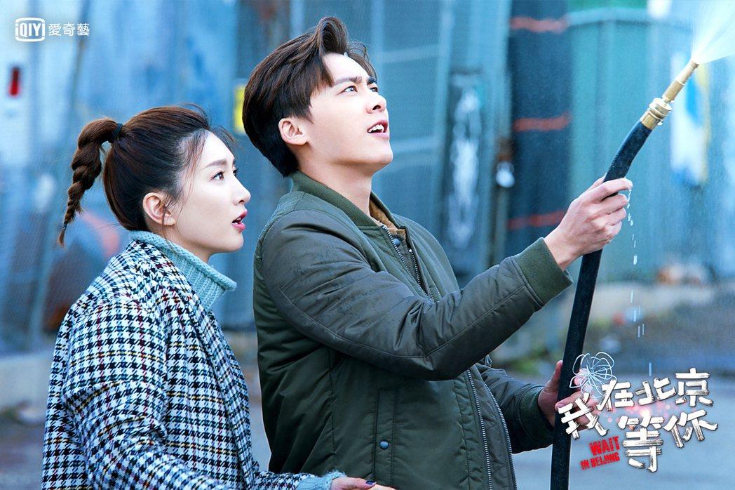 江疏影(左)、李易峰在「我在北京等你」戲中一見鍾情。圖/愛奇藝台灣站提供