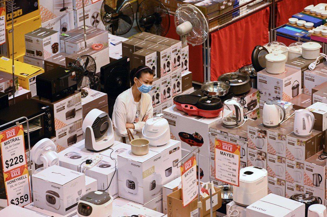 新加坡拍賣會的員工也戴好口罩。法新社