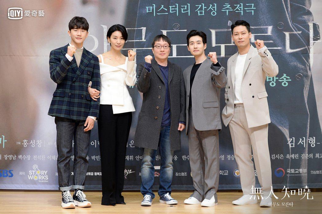 安智浩(左起)、金瑞亨、導演李政勳、柳德煥和朴勳今出席新戲「無人知曉」線上記者會...