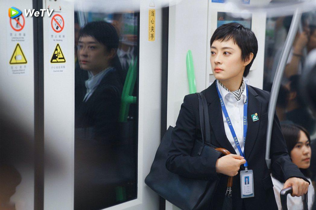 孫儷在「安家」戲中飾演金牌房仲業務員。圖/WeTV提供