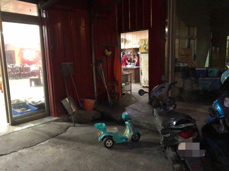 4歲男童在住家附近玩耍,被家人發現時,已倒臥在住家後方的魚池,家人趕緊報警處理。記者陳弘逸/翻攝
