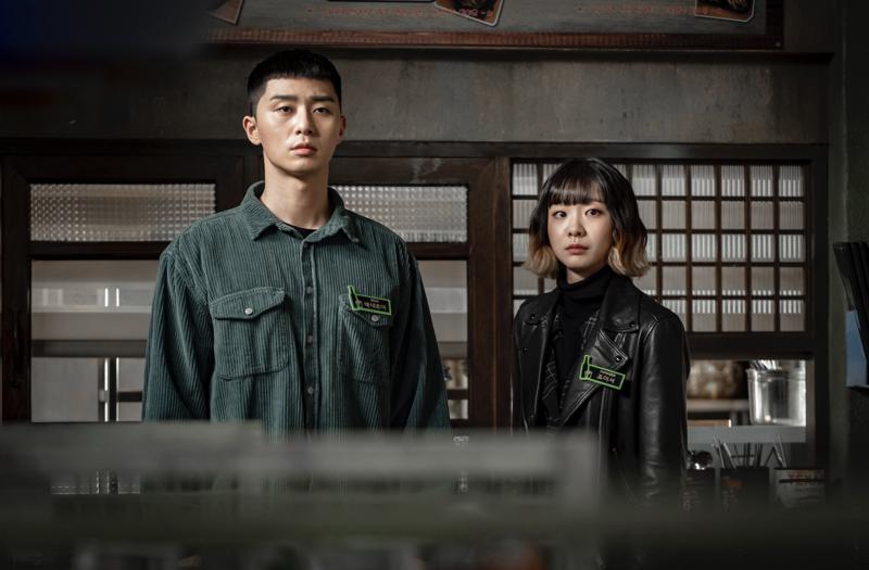 南韓夯劇「梨泰院CLASS」爆紅,朴敘俊(左)與金多美劇中造型掀起模仿熱潮。圖/