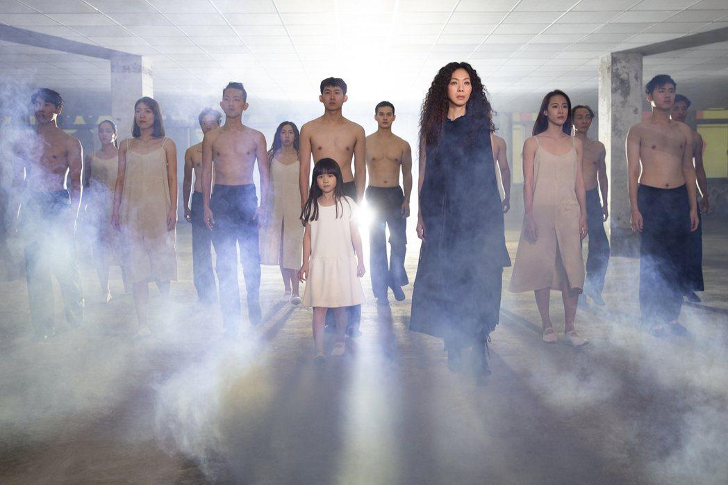 萬芳率十多位舞者共同演出,靠肢體碰撞與身體力道,表現出穿越時空的意象。圖/何樂音...